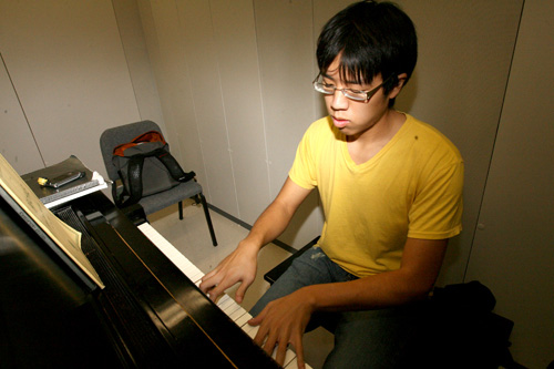 Talented Freshman Plays Piano, No One Gives a Shit