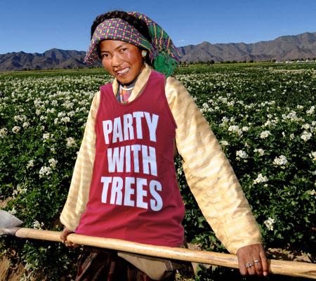 新华社照片,日喀则(西藏),2009年7月24日     藏乡土豆丰收在望     7月23日,西藏南木林县艾玛岗农民卓玛在土豆田里劳作。     西藏日喀则地区南木林县艾玛岗乡是西藏最有名的土豆之乡,2008年该乡土豆种植面积达3.74万亩,占全县土豆种植面积的32%,土豆总产量1.92亿斤,实现收入6720万元,种植土豆已成为当地农民脱贫致富的重要途径。     新华社记者 觉果 摄